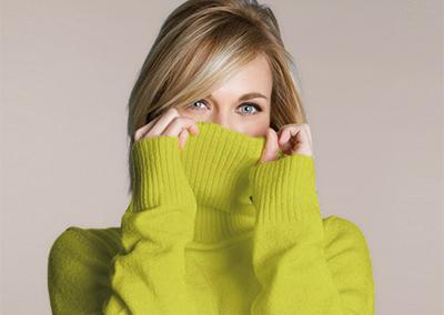 Photo d'achat d'art représentant une jeune femme avec un pull en laine utilisée pour la communication de l'entreprise