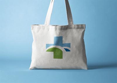 Tote bag en tissus marqué avec la croix du logo de la pharmacie de Lacaune