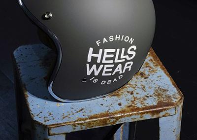 Casque moto stickée avec l'identité graphique Hellswear